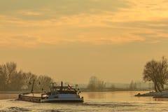 Riverboat während des Winters auf dem Fluss IJssel in den Niederlanden lizenzfreie stockbilder