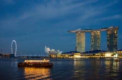 Riverboatkreuzfahrt in Singapur nach Einbruch der Dunkelheit Stockfotos