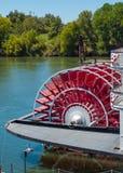 Riverboatskoveln rullar in en flod Arkivfoton