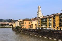 Riveret Adige nära Verona. Royaltyfri Bild