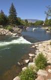 Riverflow in im Stadtzentrum gelegenem Reno Nanovolt. lizenzfreie stockfotos