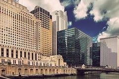Riverfront van de binnenstad van Chicago, bureaugebouwen en rivier bij zonsondergang Royalty-vrije Stock Fotografie