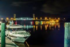 Riverfrontbrädet går platser i wilmington nc på natten Fotografering för Bildbyråer