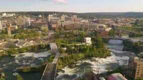 Riverfronten parkerar och nedg?ngar i den i stadens centrum stads- mitten av Spokane Washington stock video