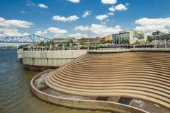 Riverfrontsikten av kväv parkerar Royaltyfri Fotografi