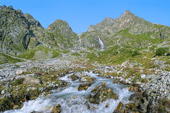 Riverhead реки Bilyagidon с водопадом, Кавказом, Россией Стоковое Фото