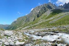 Riverhead do rio de Bilyagidon e a vista em Dashivtsek passam Imagens de Stock