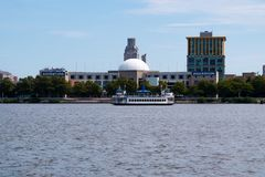 Camden, New Jersey - September 1, 2017: The Riverlink Ferry passes in front of the Camden Adventure Aquarium. This ferry links the Royalty Free Stock Photos
