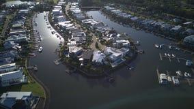 Riverlink-Zustand nahe bei Coomera-Fluss-Morgenansicht Hoffnungs-Insel, Gold Coast mit großer Wohnsiedlung Stockfoto