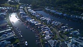 RiverLinks-Zustands-Kanal nahe bei Coomera-Fluss-Morgenansicht Hoffnungs-Insel, Gold Coast mit großer Wohnsiedlung Stockbild