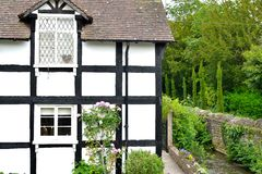 riverside English cottage Royalty Free Stock Photos
