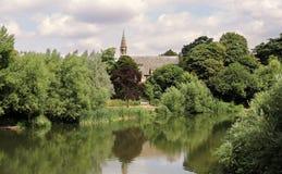 RiverThames在有教会的英国 免版税库存照片