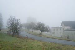 Riverview vägar och byggnader på en dimmig dag Royaltyfria Foton