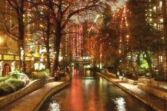 Riverwalk在圣安东尼奥在节假日的晚上 图库摄影