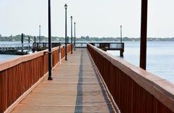 Riverwalk &船坞 免版税库存图片