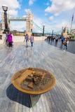 Riverwalk con la ciudad de Londres en el otro banco del Támesis en Londres, Reino Unido Fotos de archivo libres de regalías