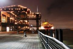 Riverwalk de New Orleans en la noche fotos de archivo