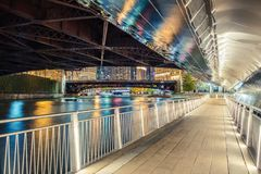 Riverwalk en la noche en Chicago imagenes de archivo