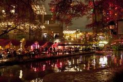 Riverwalk en San Antonio en la noche en los días de fiesta imágenes de archivo libres de regalías
