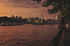 Riverwalk le long de la Tamise Photographie stock