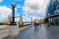 Riverwalk a lo largo del Támesis con ayuntamiento y el puente de la torre en Londres Foto de archivo libre de regalías