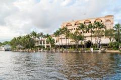 Riverwalk och stänger längs den nya floden i Ft Lauderdale, Florida Arkivfoto
