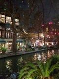 Riverwalk på jul arkivbild