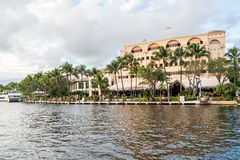 Riverwalk y barras a lo largo del nuevo río en el pie Lauderdale, la Florida foto de archivo