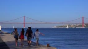 Riverwalken på Tagus River i Lissabon Belem - LISSABON/PORTUGAL - JUNI 14, 2017 stock video