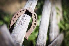 Rivesta di ferro il ferro di cavallo arrugginito con ombra molle su un fondo scuro Il vecchio ferro di cavallo Un simbolo di fort Immagini Stock Libere da Diritti