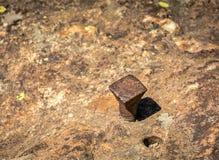 Rivesta di ferro il chiodo nella roccia con vicino al foro di un chiodo estratto fotografie stock libere da diritti