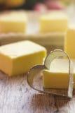 Rivesta di ferro il cuore sui precedenti della caramella gommosa e molle gialla Fotografia Stock Libera da Diritti