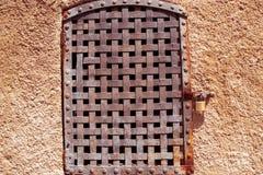 Rivesta di ferro la finestra arrugginita della grata di vecchia costruzione fotografie stock