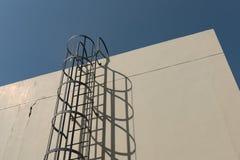 Rivesta di ferro la scala in gabbia alla cima di costruzione del tetto Immagine Stock Libera da Diritti