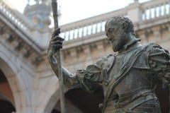 Rivesta di ferro la scultura del conquistador spagnolo in cortile dell'alcazar a Toledo, Spagna fotografia stock