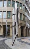 Rivesta di ferro la scultura di un uomo sui precedenti dell'ufficio sulla stazione della metropolitana di Belorusskaya Fotografie Stock Libere da Diritti