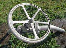 rivesta di ferro la valvola a saracinesca per chiudere o aprire il rifornimento di gas Immagini Stock