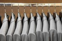 Rivestimenti del vestito degli uomini nel deposito di abito Fotografia Stock