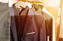 Rivestimenti del vestito del ` s degli uomini in una stanza dell'abbigliamento Fotografia Stock