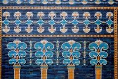 Rivestimento ceramico con le immagini degli alberi ed i modelli sulla parete storica di Babilonia Immagine Stock