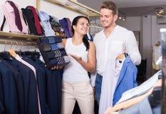 Rivestimento chousing, camicia e legame delle coppie felici Fotografie Stock
