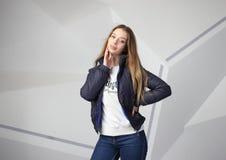 Rivestimento d'uso con area per il vostro logo, modello della ragazza della ragazza della maglia con cappuccio delle donne bianch fotografia stock