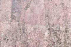 Rivestimento decorativo del mastice rossastro con struttura irregolare Vecchia parete intonacata con le macchie ed i graffi Prior immagini stock