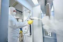 Rivestimento dei metalli industriale Uomo in vestito protettivo, indossante un gas immagini stock