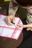 Rivestimento del chiodo con la gel-vernice Una donna sta applicando uno smalto sulle sue unghie Immagine Stock