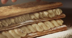 Rivestimento del cuoco unico il livello del secod di dolce della pasta sfoglia stock footage