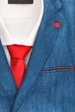 Rivestimento del denim e legame rosso, il modo degli uomini Fotografie Stock Libere da Diritti