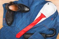 Rivestimento del denim e legame, scarpa ed ombrello rossi, il modo degli uomini Immagine Stock Libera da Diritti
