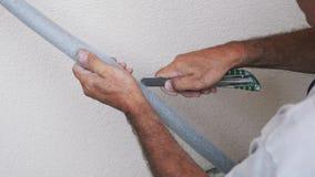 Rivestimento del tubo del taglio delle mani del lavoratore con il coltello La copertura sanitaria dei tubi ha tagliato a mano del archivi video