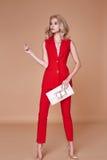 Rivestimento del vestito di bella usura graziosa sexy della ragazza e pantaloni di seta rossi s Fotografia Stock Libera da Diritti